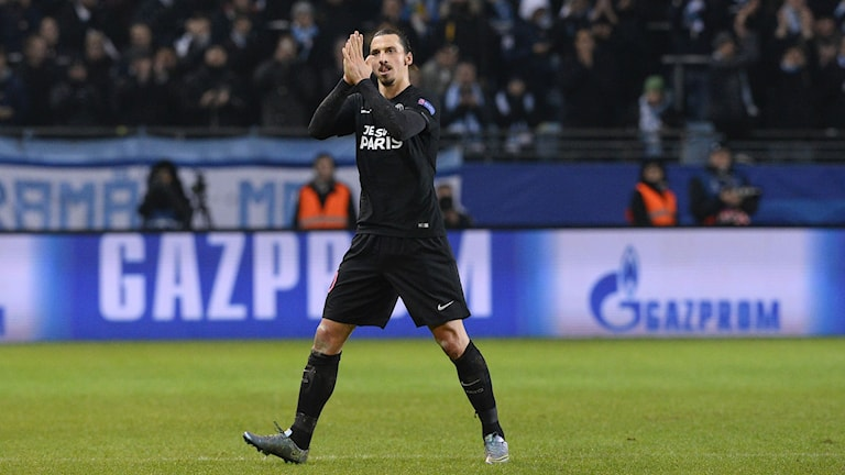 Zlatan Ibrahimovic tackar publiken i Malmö. Foto: AFP/TT