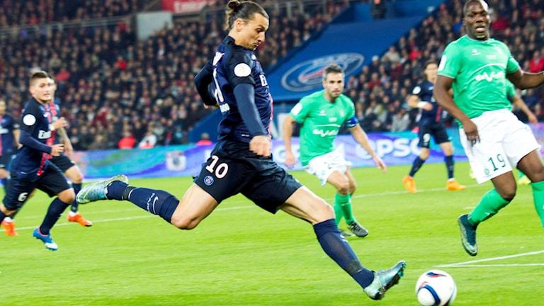 Inga Troyes-supportrar får se Zlatan Ibrahimovic och Paris Saint-Germain när lagen möts i Ligue 1 i helgen. Inga fans till bortalagen kommer att tillåtas i de två högsta franska fotbollsligorna så länge landet befinner sig i undantagstillstånd, arkiv. Foto: Jacques Brinon/AP/TT