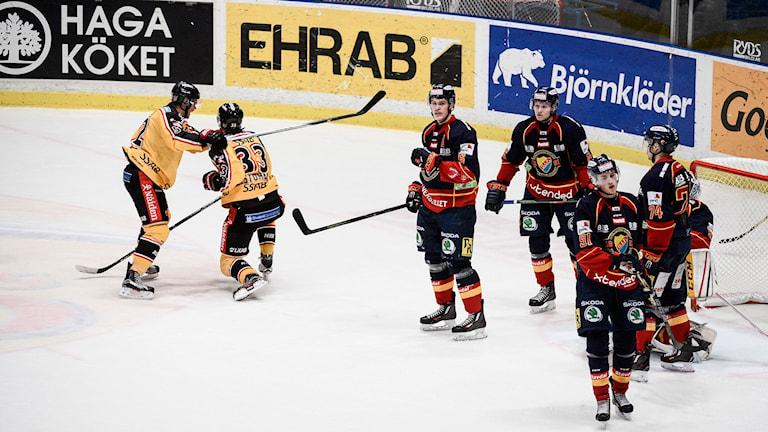 2015-11-26 Luleås Christopher Mastomäki (33) kramas om av Karl Fabricius efter att ha kvitterat till 1-1. Foto Margareta Bloom Sandebäck / TT
