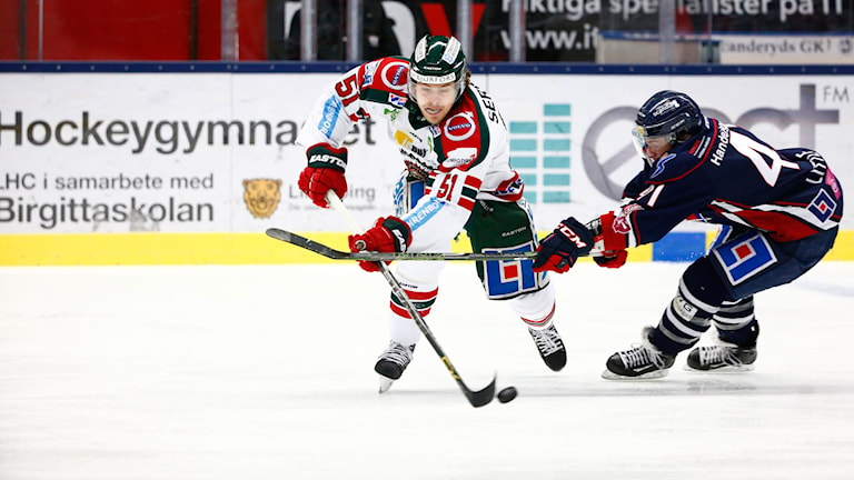 20151126 Frölundas Mats Rosseli Olsen i kamp om pucken med Linköpings Broc Little. Foto: Stefan Jerrevång/ TT / kod 60160