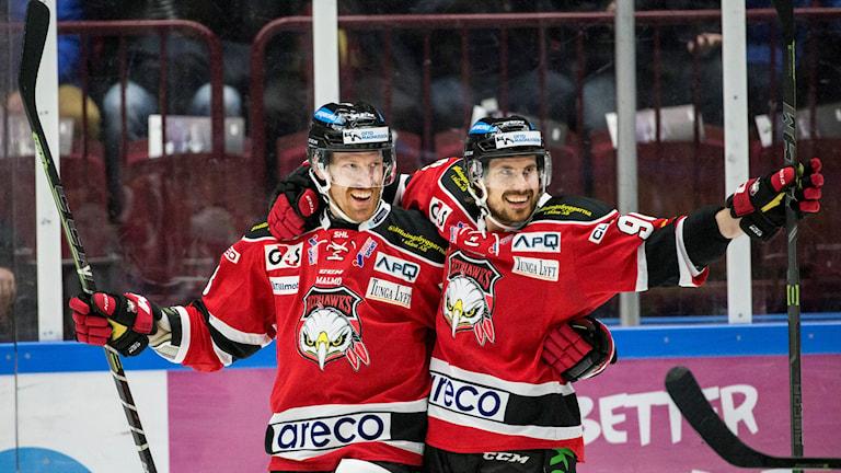 Malmös Jens Olsson och Mattias Persson firar mål