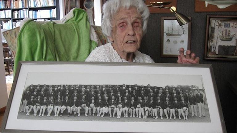 """70 man och en flicka. """"Kickan"""" Sjöquist i kjol på tavlan var ensam svenska i OS 1932. Foto: Paul Zyra/SR."""