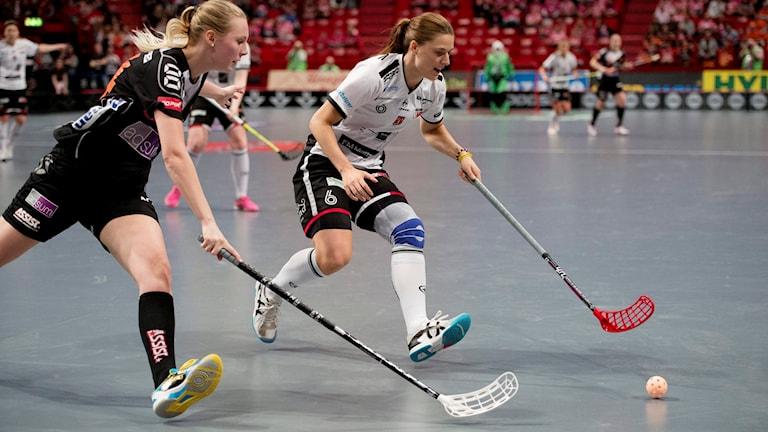 ARKIV: Rönnbys Mira Wickman och Kais Moras Johanna Holmbom i SM-finalen 2015