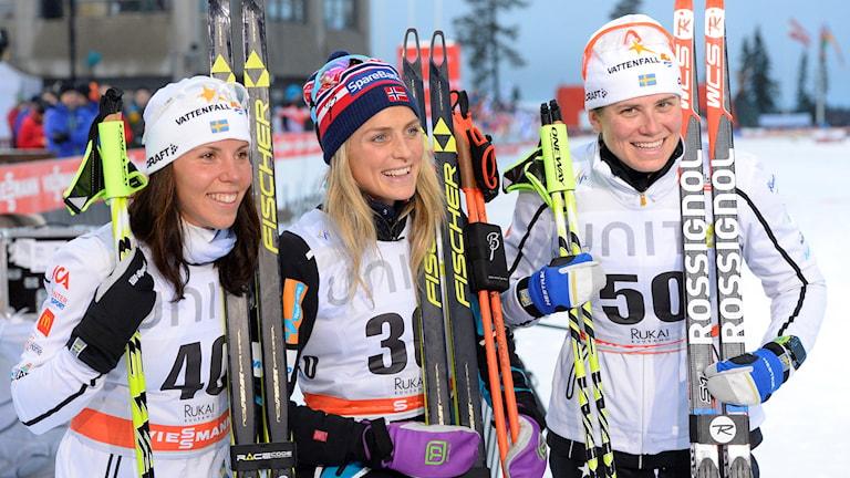 20151128 Charlotte Kalla, andra plate, Therese Johaug första plats, och Ida Ingemarsdotter tredje plats på 5km tävlingen vid världscupspremiären i skidor i Ruka på lördagen. Foto: Anders WIklund/TT