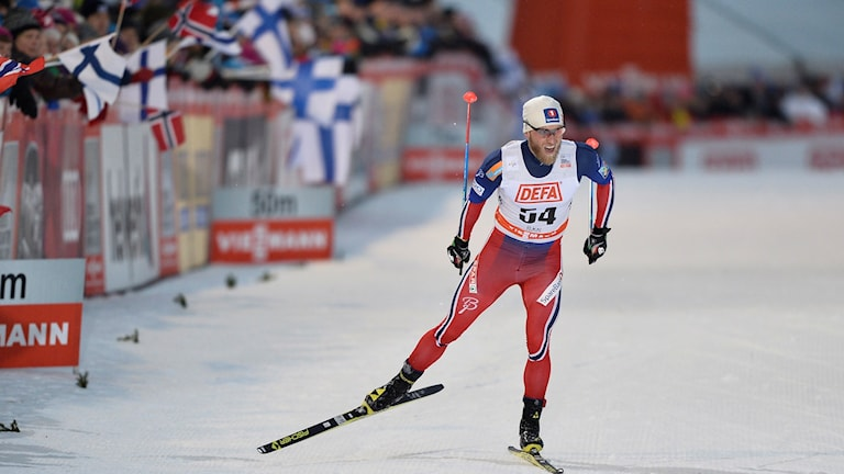 20151128 Martin Johnsrud Sundby går i mål i herrarnas världscuptävlingen över 10 kilometer fri stil vid världscupspremiären i skidor i Ruka på lördagen. Foto: Anders WIklund / TT