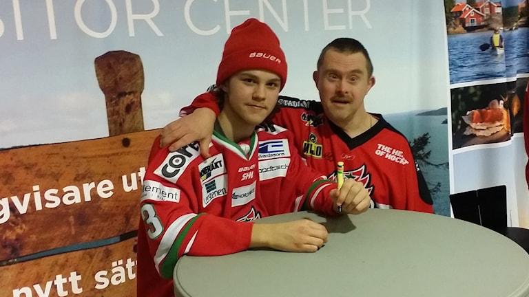 Jesper Lindgren fick skriva många autografer till supportrarna efter 4-1-segern. Foto: Erik Nyberg/SR