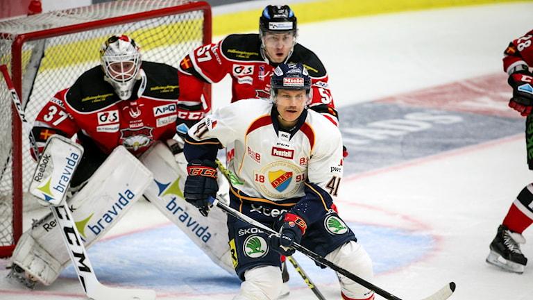 Djurgårdens Patrick Thoresen (41) framför Malmös målvakt Jonas Gunnarsson. Foto: Andreas Hillergren/TT