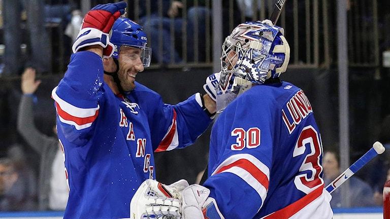 Jarret Stoll och Henrik Lundqvist är glada efter Rangers seger. Foto: AP Photo/Frank Franklin II/TT