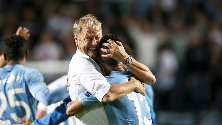 Malmö coach Åge Hareide hugs Yoshimar Yotún after winning the secodn qualifying match for the group stages of the Champions League. Photo: Andreas Hillergren / TT