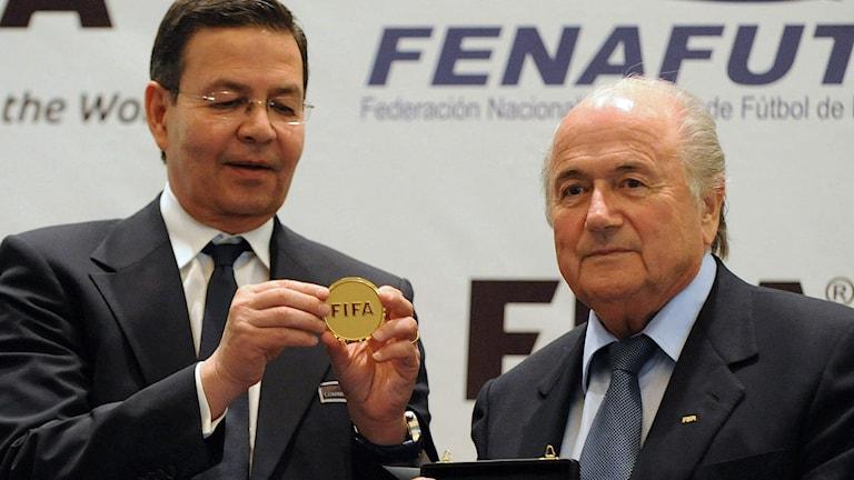 Rafael Callejas (t.v.) och Sepp Blatter. Foto: Orlando Sierra/TT.