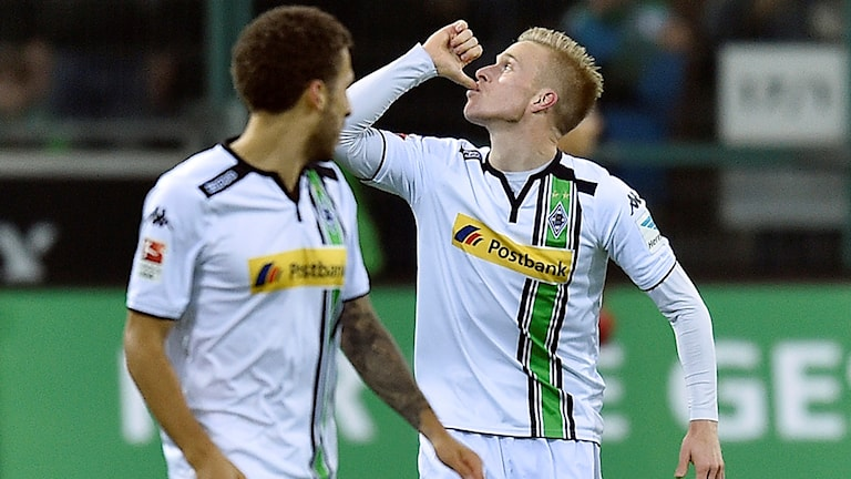 20151205 Oscar Wendt firar efter att han gjort mål mot Bayer München. Foto: AP PHOTO/Martin Meissner