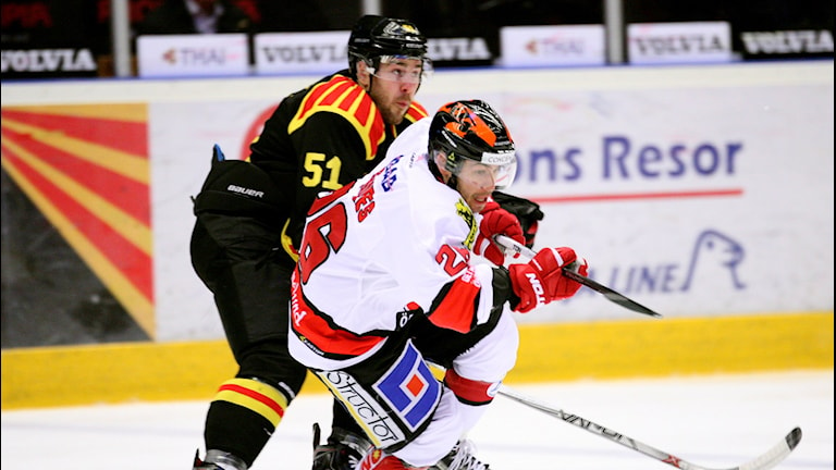 2015-12-05 Brynäs Marc Zanetti jagar Örebros Greg Squires under SHL-matchen i ishockey mellan Brynäs IF och Örebro HK på Gavlerinken Arena på lördagen. Foto: Mats Åstrand / TT