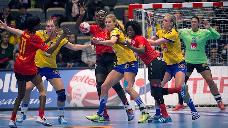 Sveriges Linnea Torstenson, Linn Blohm och Jenny Alm mot Angolaspelare framför målvakt Filippa Idéhn