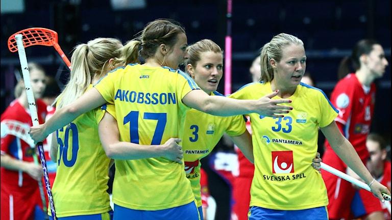 Glada svenska spelare Katarina Bjuhr, Anna Jakobsson, Linn Lundstrom och Amanda Johansson Delgado. Sverige vann med 9-2 Foto: Ville Vuorinen/IFF