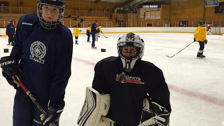 Från vänster: August Berndtsson, 12 år, och Sanna Wikko, 12 år. Båda spelar i Spånga Hockey. Foto: Annika Nilsson/SR.