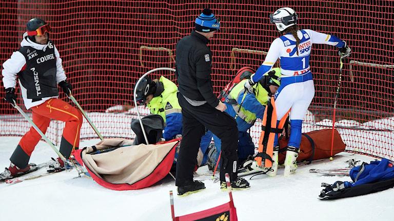 ÅRE 2015-12-12 Den svenska landslagsåkaren Sara Hector kraschade och skadade knäet i första åket i storslalom vid världscuptävlingarna i Åre på lördagen. Hon fick transporteras från pisten i pulka. Foto: Pontus Lundahl / TT.