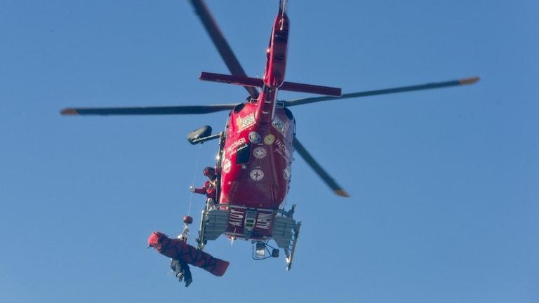 Mayer förs iväg med helikopter. Foto: TT