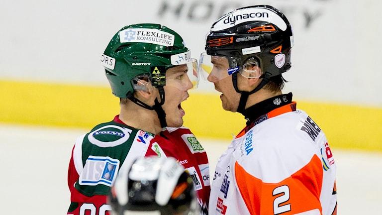 Frölundas Andreas Johnsson och Karlskronas Robin Gartner. Foto: Adam Ihse/TT