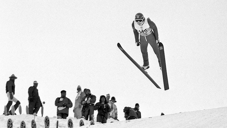 Arkiv 1988: Jan Boklöv träningshoppar i backhoppningsbacken i Calgary inför OS-tävlingarna.