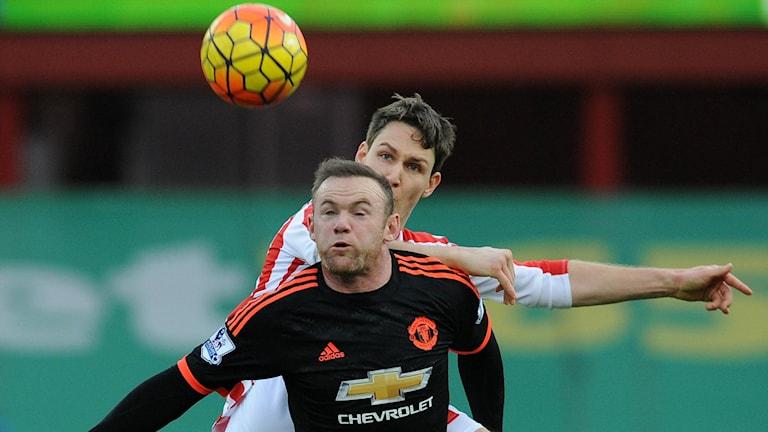 Uniteds Wayne Rooney i duell med Stokes Philipp Wollscheid. Foto: AP/TT