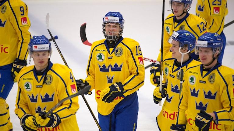 STOCKHOLM 20151218 Juniorkronornas Alexander Nylander (mitten) med pucken under fredagens träningsmatch mellan Sverige och Danmark i Björkängshallen i Huddinge. Foto: Henrik Montgomery / TT
