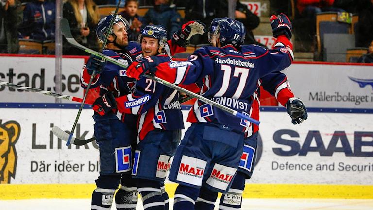 Linköpings Sebastian Karlsson gratuleras efter 4-1-målet. Foto: Stefan Jerrevång/TT