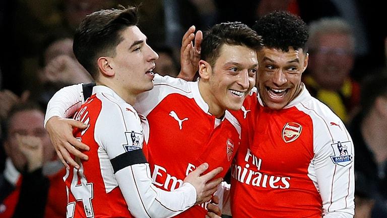 Mesut Özil firar med Hector Bellerin och Alex Oxlade-Chamberlain. Foto: AP/TT
