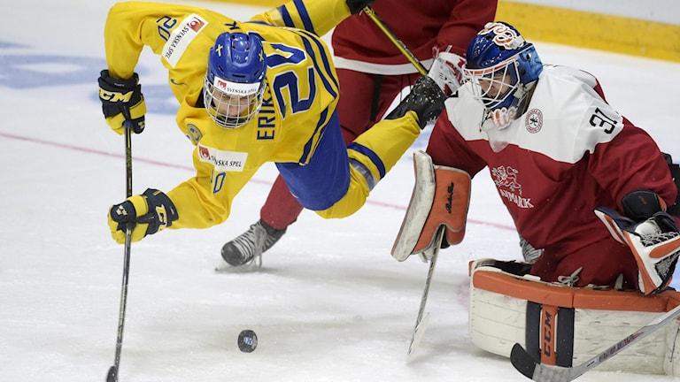 Joel Eriksson Ek framför Danmarks målvakt Thomas Lillie