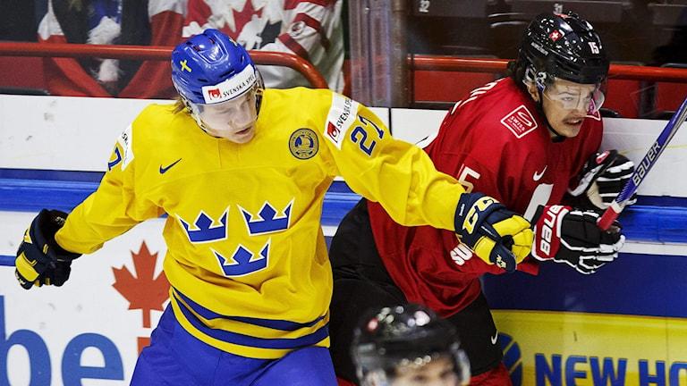 Anton Karlsson i duell med Schweiz Kris Schmidli