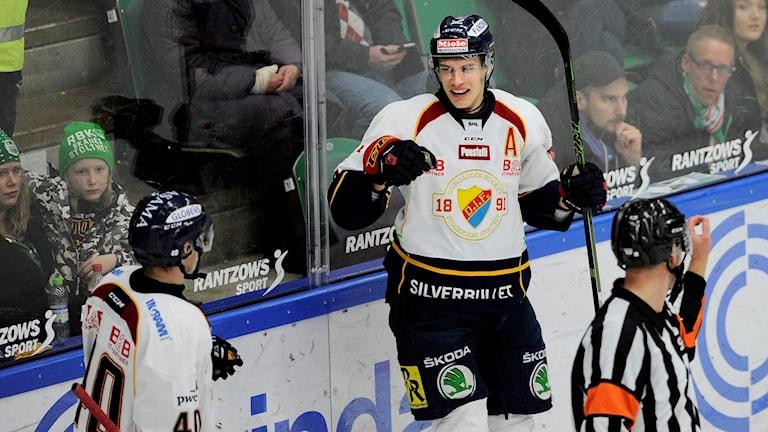 Andreas Englund jublar efter sitt mål mot Rögle