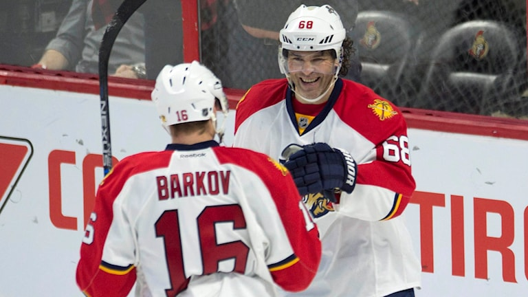 Jaromir Jagr och Aleksander Barkov. Foto: Adrian Wyld/The Canadian Press via AP/TT