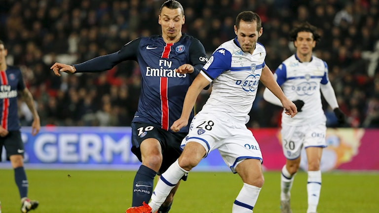 Zlatan Ibrahimovic i duell med Bastias Florian Marange