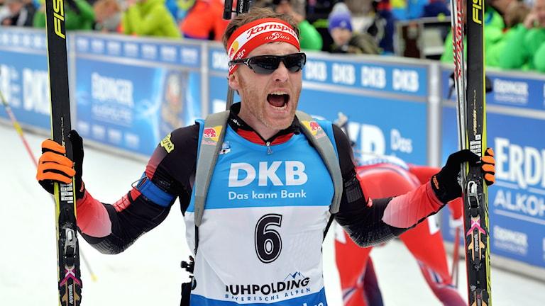 Simon Eder efter segern i Ruhpolding