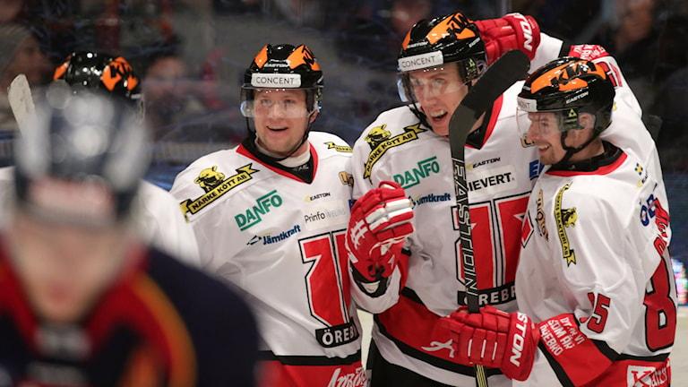 20160109 Örebros Marko Anttila (12) i mitten grattas efter 0-3 under lördagens SHL-match mellan Djurgården Hockey och Örebro Hockey på Hovet. Foto: Sören Andersson / TT
