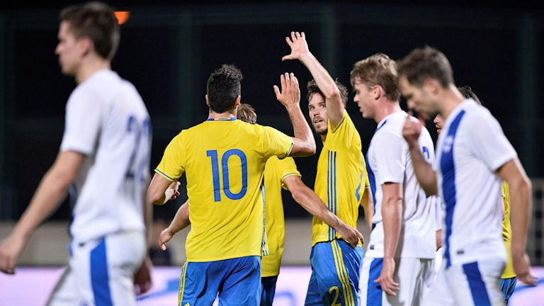 Sveriges Emil Salomonsson gör high five med Mikael Ishak. Foto: Marcus Ericsson/TT