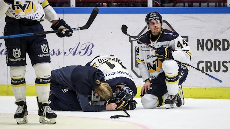 HV71:s Simon Önerud liggandes efter en tackling.