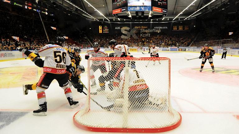SKELLEFTEÅ 20150926 Jimmie Ericssons mål dömdes bort. Istället blev han utvisad i den här situatonen i SHL-matchen och derbyt mellan Skellefteå AIK och Luleå HF i Skellefteå Kraft Arena, Skellefteå Foto: Robert Granström / TT
