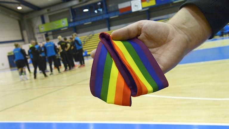 Den förbjudna armbindeln visas upp när Sveriges handbollslandslag tränar
