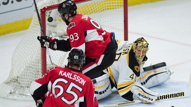 Arkivfoto. Erik Karlsson ser på när Mika Zibanejad gör mål. Foto: Adrian Wyld/The Canadian Press via AP/TT