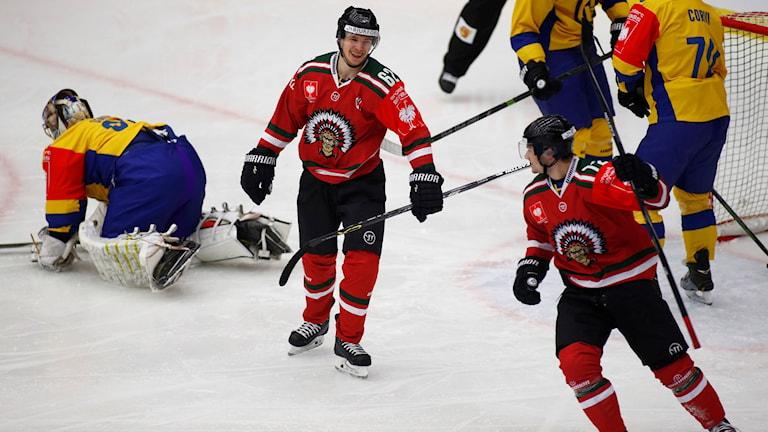 Frölundas Patrik Carlsson, till höger i bild, firar 1-0-målet. Foto: Thomas Johansson/TT