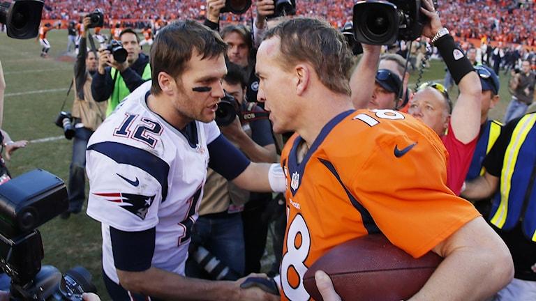 Arkivbild: Tom brady (t.v.) och Peyton Manning. Foto: Kevin C. Cox/TT.