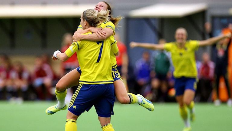 Sveriges Lisa Dahlkvist kramas om av Jessica Samuelsson. Foto: Björn Larsson Rosvall/TT