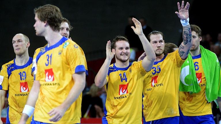 Svenskarna jublar beskedligt efter segern. Foto: TT