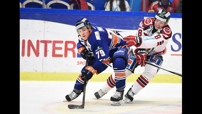 Växjös Patrik Lundh mot Frölundas John Nyberg under torsdagens SHL-match mellan Växjö Lakers och Frölunda Hockey i Vida Arena, Växjö. Foto: Mikael Fritzon / TT