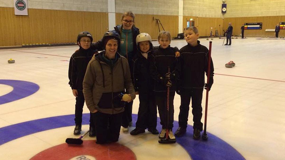 Otto, Greta, Kevin, Florian och Simon spelar curling med Christian Olsson. Foto: SR