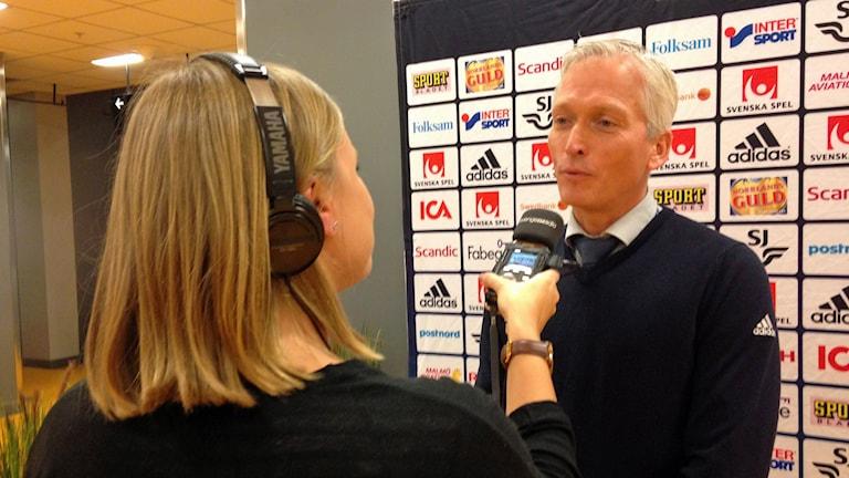 Fotbollförbundets generalsekreterare Håkan Sjöstrand intervjuas av Petra Svensson. Foto: Isabell Gradin/SR