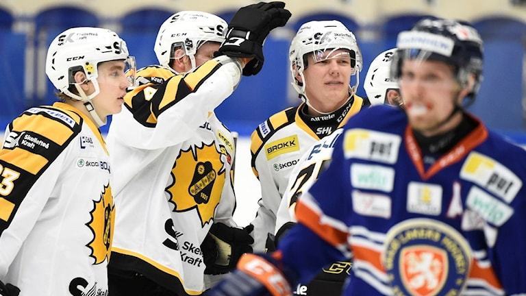 VÄXJÖ 2016-02-02 Skellefteås Tim Heed har gjort 2-4 när Växjö Lakers möter Skellefteå AIK i SHL-match på tisdagen på Vida Arena i Växjö. Foto: Mikael Fritzon / TT