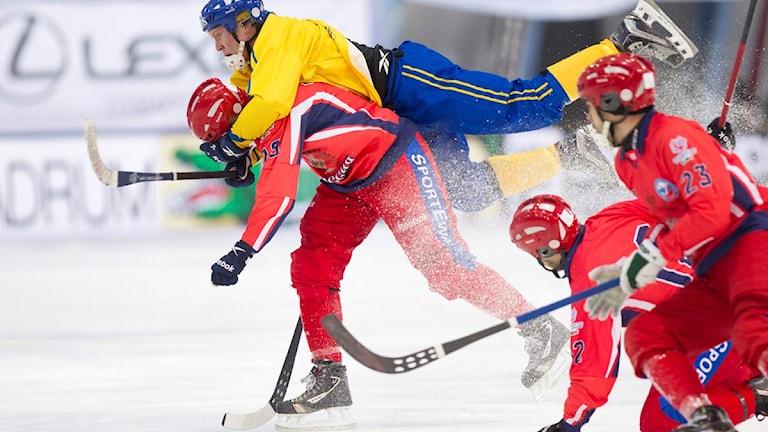 ULJANOVSK 2016-02-03 Sveriges Daniel Berlin flyger fram under onsdagens grupp-A match mellan Ryssland och Sverige vid bandy-VM i ryska Uljanovsk. Foto: Rikard Bäckman / Bandypuls.se / TT