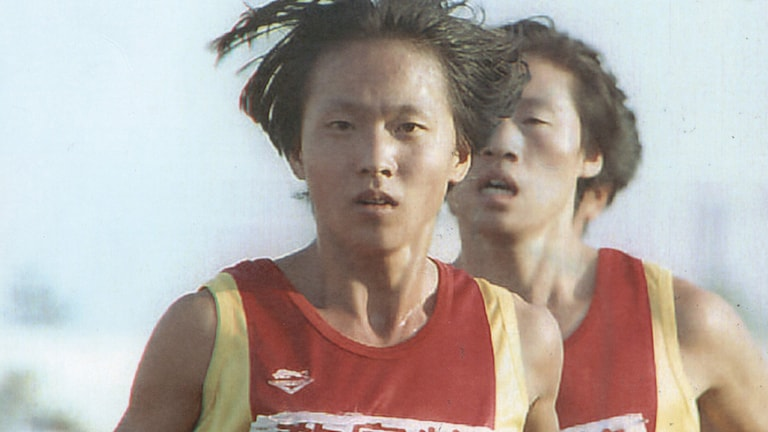 Wang Junxia följd av Qu Yunxia. Foto: Manuel Ceneta/TT.