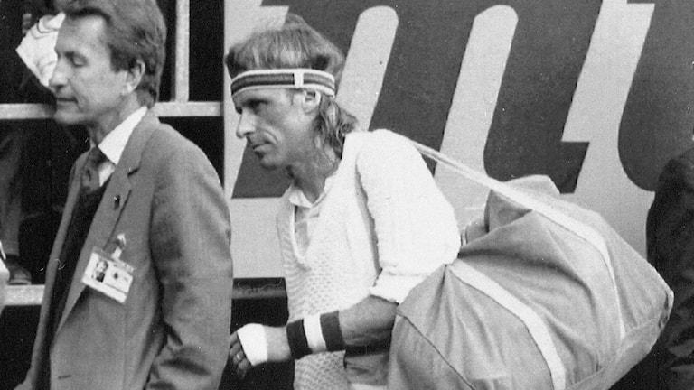 19910423 Björn Borg kliver av tennisbanan i Monte Carlo efter förlusten i första omgången mot Jordi Arrese, Spanien. Foto: Gilbert Tourte/TT.